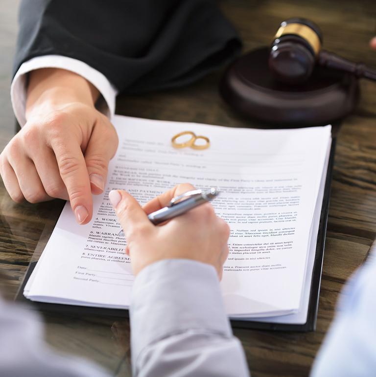 Adwokat wskazujący klientowi miejsce złożenia podpisu